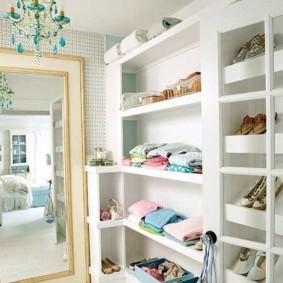 Встроенные полки в гардеробном помещении