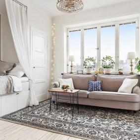 Уютная гостиная с кроватью в нише