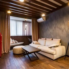 Деревянные балки на потолке гостиной комнаты
