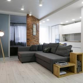 Серый угловой диван в квартире-студии