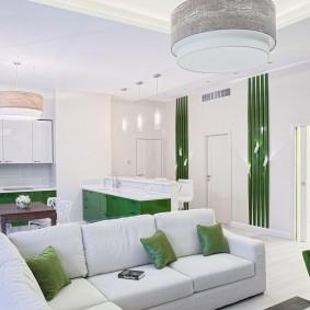 Зеленые подушки на белой мебели