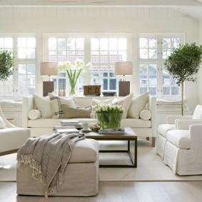 Белые чехлы на мягкой мебели в зале