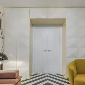 Встроенные шкафы вокруг двери в гостиной
