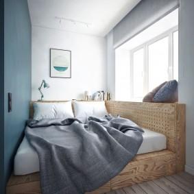 Кровать на подиуме из фанеры в очень узкой комнате