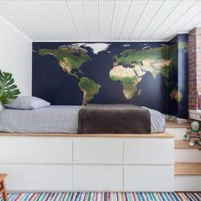 Кровать на подиуме со ступеньками в спальне ребенка