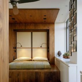 Встроенный подиум перед окном спальной комнаты