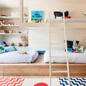Устройство подиума в комнате для троих детей