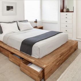 Выдвижные ящики в низкой кровати