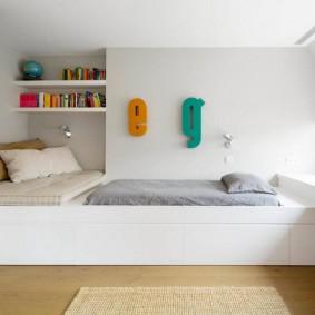 Белый подиум в светлой комнате