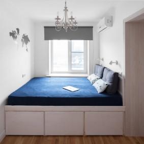 Белая комната с кроватью-подиумом