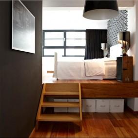 Деревянная лесенка на подиум с кроватью