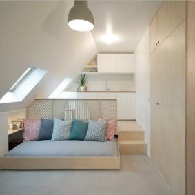 Белый потолок в мансардном помещении