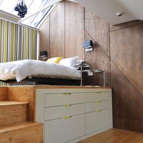 Высокий подиум в комнате небольшого размера