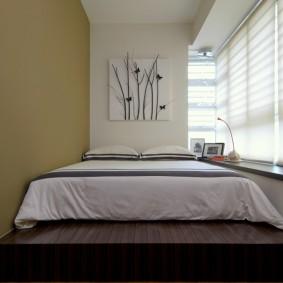 Коричневый подиум в комнате с низким подоконником