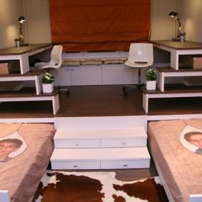 Подиум с выдвигающимися кроватями в детской комнате