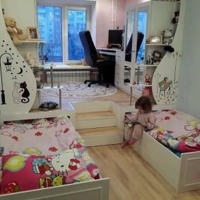 Рабочее место школьника на подиуме с кроватями