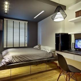 Компьютерный стол в спальне с темным потолком