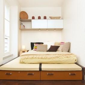 Подвесные шкафчики над кроватью в спальне