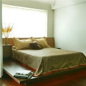 Двухспальная кровать-подиум в женской спальне