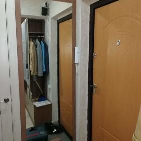 Большое зеркало около двери в прихожей
