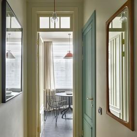 Узкий коридор из прихожей на кухню