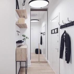 Открытая вешалка на белой стене прихожей