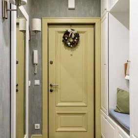 Встроенная лавочка под вешалкой в коридоре