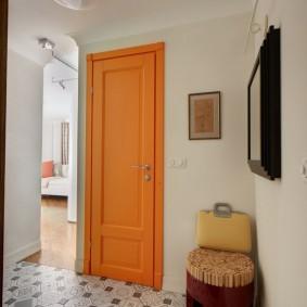 Яркая дверь в светлом коридоре