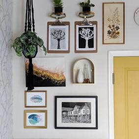 Фотографии в рамках на белой стене