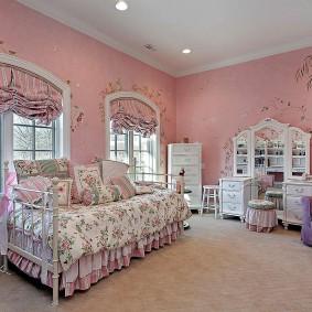 Розовые обои в спальне маленькой принцессы