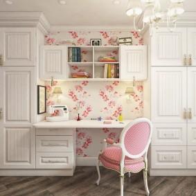 Встроенный стол в комнате девочки