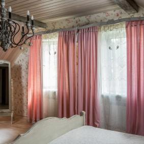 Розовые шторы в комнате провинциального стиля