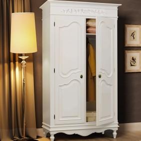 Белый шкаф из натурального дерева