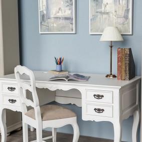 Белый письменный стол у голубой стены