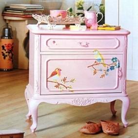 Розовый комод в романтическом стиле