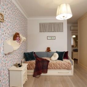 Узкая комната с цветочными обоями