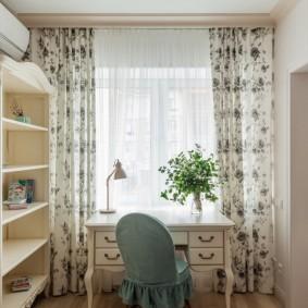 Светлые шторы в комнате с письменным столом