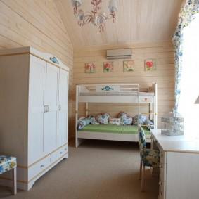 Двухъярусная кровать в комнате прованского стиля