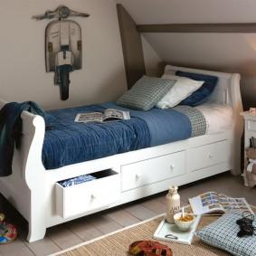 Синее одеяло на кровати для мальчика