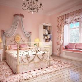 Розовые стены в красивой комнате