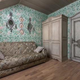Темные обои в комнате с деревянным шкафом