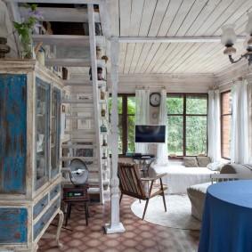 Старый шкаф под лестницей в дачном домике