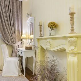декоративный камин в светлой комнате