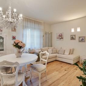 Деревянный пол в гостиной с обеденной зоной