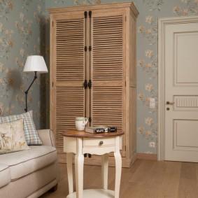 Деревянный шкаф с распашными дверками