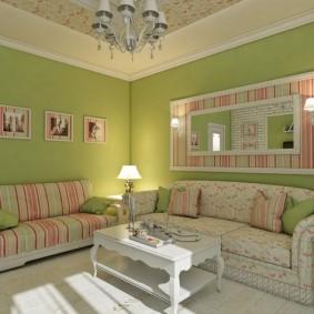 Зеленые стены в комнате с двумя диванами