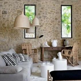 Декор природным камнем стены в доме