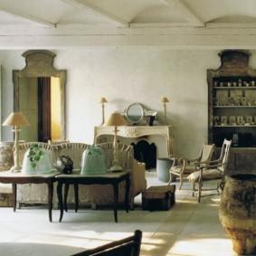 Старинная мебель в интерьере гостиной