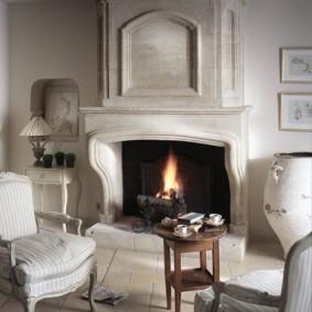 Мягкие стулья около дровяного камина