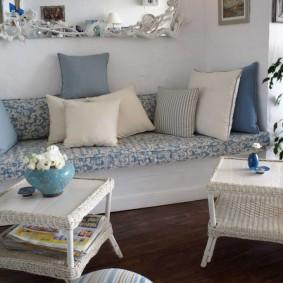 Плетенные столики перед встроенным диваном